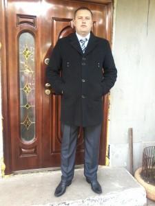 На фото Олег Лютов в пиджаке